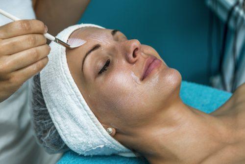 Een chemische peeling vermindert huidproblemen en huidverslapping. Huidverjonging zonder operatie, laser of naalden.