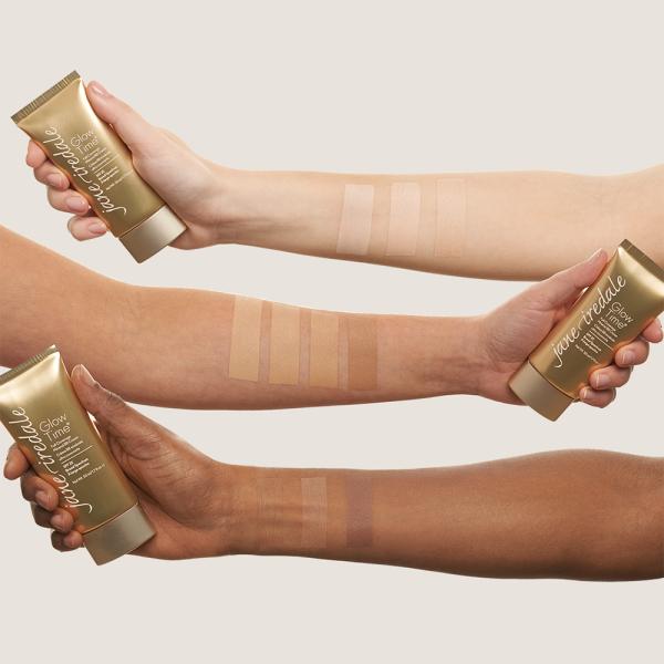 Drie onderarmen van verschillende huidtypen met in de hand een tube Glow Time.