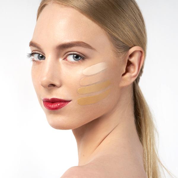 Vrouw met lichte huid met drie typen Glow Time van Jane Iredale op haar wang.